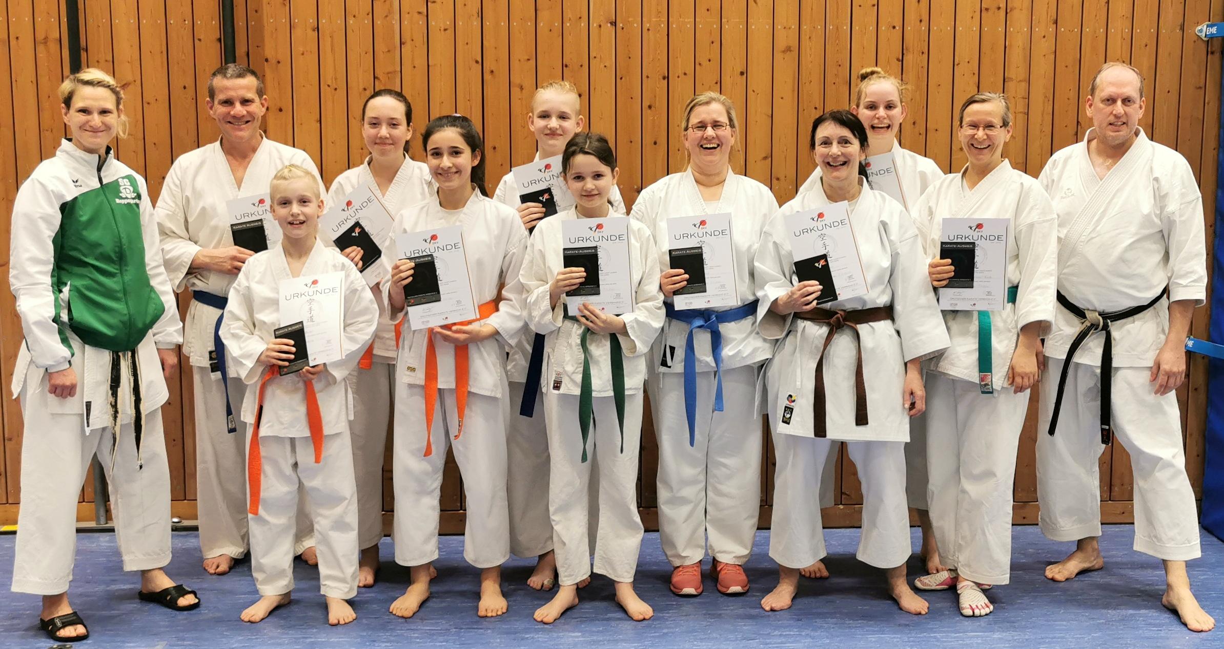 Nicole Springer (links) und Stanley Schulze (rechts) mit einigen Prüflingen in dem Moment danach. (© SC Karate Bestensee e.V., 2020)